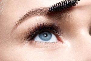 Augenbrauen formen und kürzen