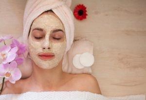 Entspannung mit Gesichtsmaske