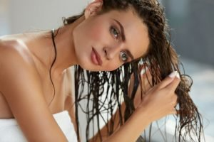 Haaröl kann in handtuchtrockenes Haar eingearbeitet werden