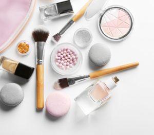 Gesetzlich sind einige Grundlagen zur Haltbarkeit von Kosmetik festgelegt