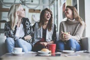 Freunde treffen und Lachen kann gegen Müdigkeit helfen