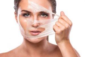 Gesichtsmaske wird abgezogen