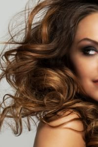 Voluminöse Locken für feines Haar