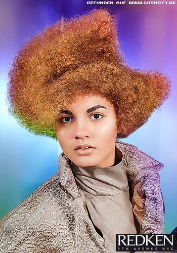 Afro-Locken-Frisur mit seitlichem Scheitel
