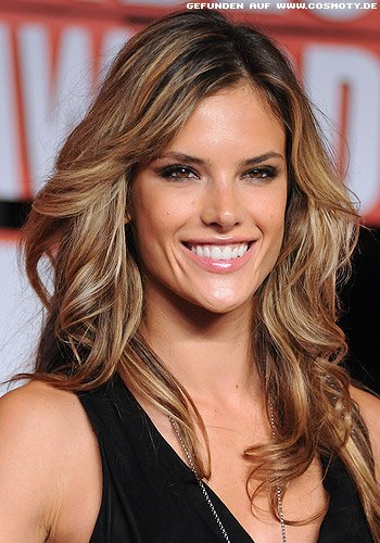 Alessandra Ambrosio mit zarten Highlights in Wellen