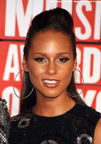 Alicia Keys: Gesteckte Tolle zu offenen Längen im Nacken