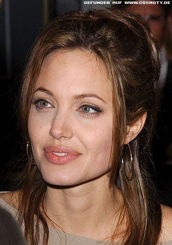 Angelina Jolie mit losen Nackensträhnen zum Dutt
