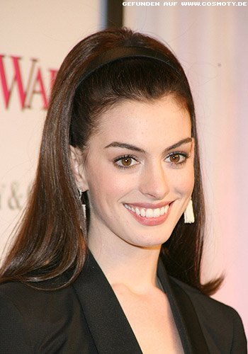 frisuren bilder anne hathaway hoher volumen zopf im. Black Bedroom Furniture Sets. Home Design Ideas