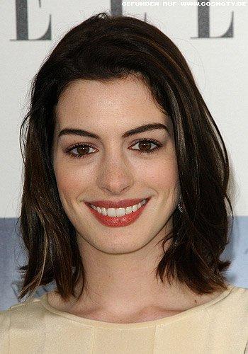 Anne Hathaway mit schulterlangem Long-Bob