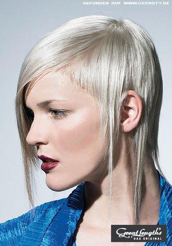 Asymetrie mit langen Strähnen in silberblondem Haar