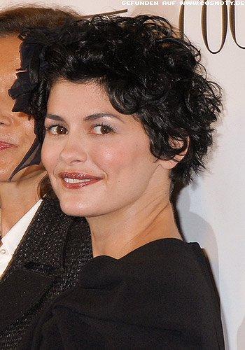 Audrey Tautou: Süße kleine Locken mit Feder-Haarschmuck