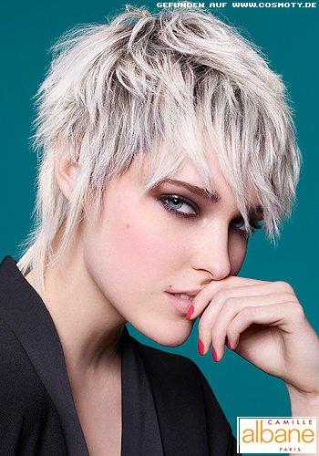 Aufgerissene Strähnen im blonden Pixie mit dunklem Ansatz