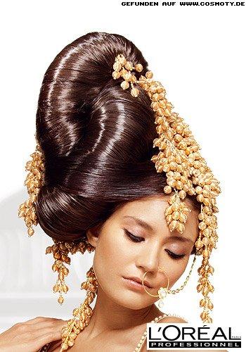 Aufwändige Steckfrisur mit goldenem Brautschmuck