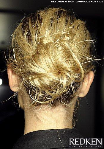 Balerina-Knoten aus Strähnen im Wet-Look