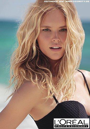 Beachwaves mit sonnengebleichten Strähnen