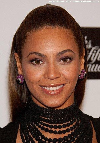 Beyonce Knowles mit streng zurückgesteckten Haaren