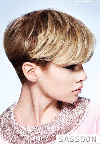 Blonder Pilzkopf mit eleganter Welle