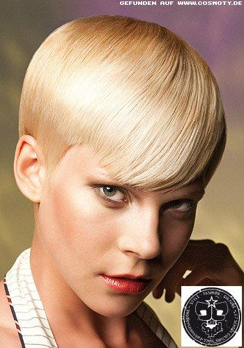 Blonder Pixie im edel glatten Garcon-Stil
