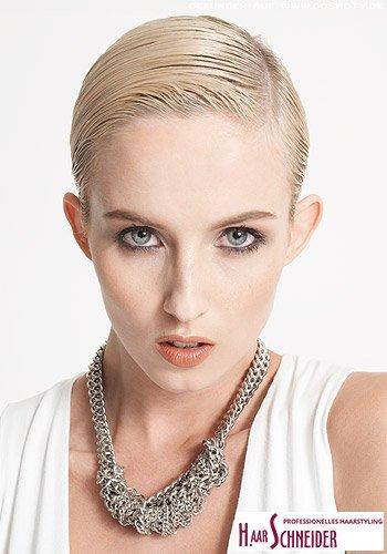 Blonder Pixie in androgynem Wet-Gel-Look