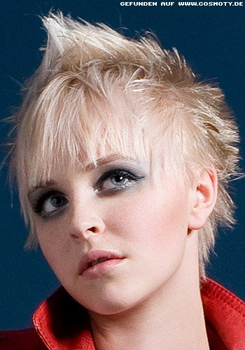 Blonder Pixie mit hochgestellten Haaren