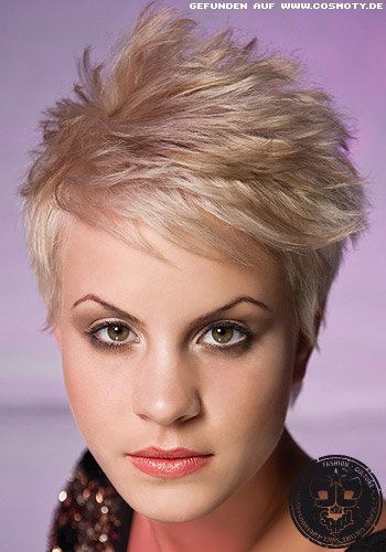 Blonder Pixie mit strukturierten Strähnen