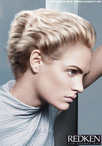 Blonder Short-Cut mit geföhnten Wellen