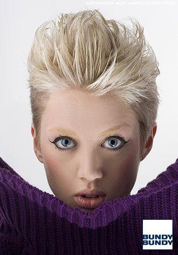 Blonder Shortie mit zurück gestyltem Deckhaar