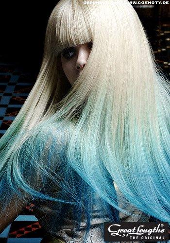 Blonder Sleeklook mit blauen Extensions augepeppt