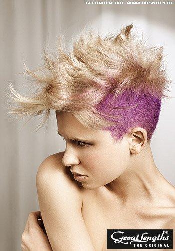 Blonder Undercut mit lilafarbenen Seitenpartien