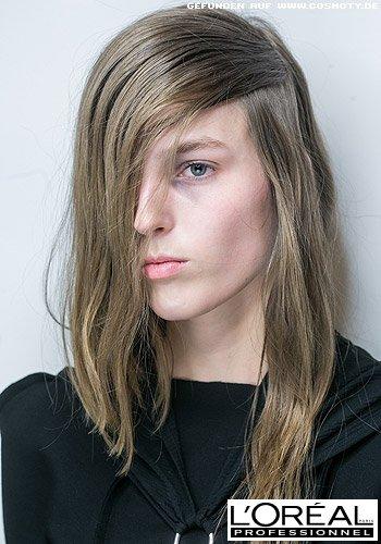 Blondes Haar mit super tief sitzendem Seitenscheitel im Grunge-Look