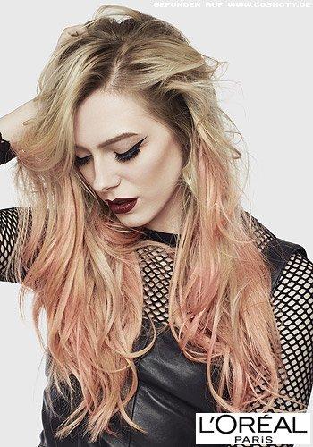 Blonde Wellen mit pastell-rosa Strähnen in den Haarlängen