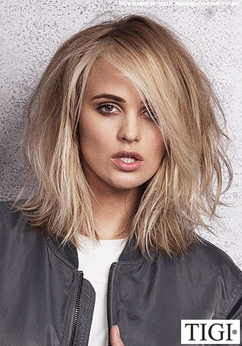 Blond gesträhnter Long-Bob mit schönem Volumen im gesamten Haar