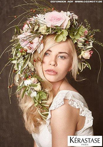 Blumenkranz schmückt blonde Wellen