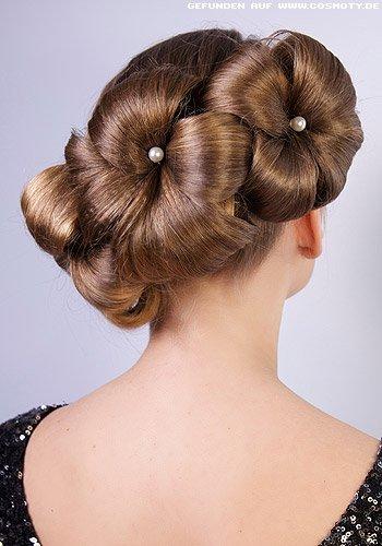 Breite Haarsträhnen zu Blüten gesteckt