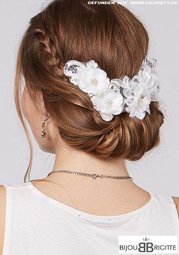 Chignon mit weißen Blüten und geflochtenen Strähnen