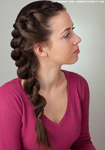 Doppelt gedrehter Zopf an einer Kopfseite entlang