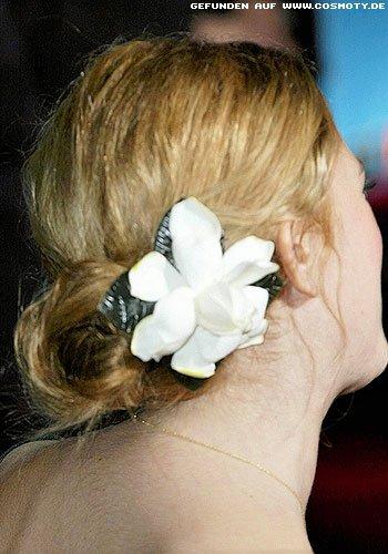 Drew Barrymore schmückt den Knoten mit großer Blüte