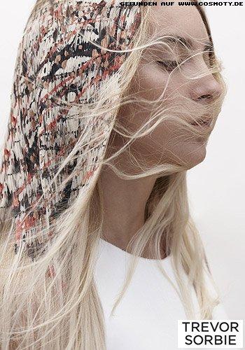 Dünn gestyltes Haar zu bunt gesprenkelten flächigem Farbauftrag
