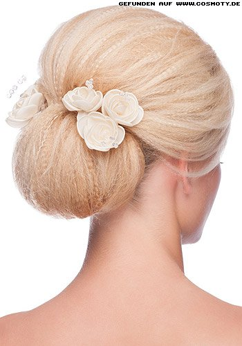 Einfacher Blütengeschmückter Chignon mit gekreppter Haarstruktur