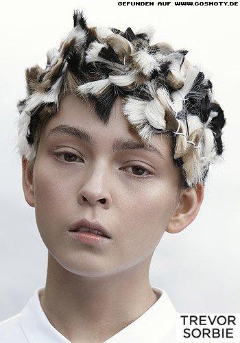 Eingebundene Strähnen im Schwarz/Weiß-Look für süßen Wuschel-Look