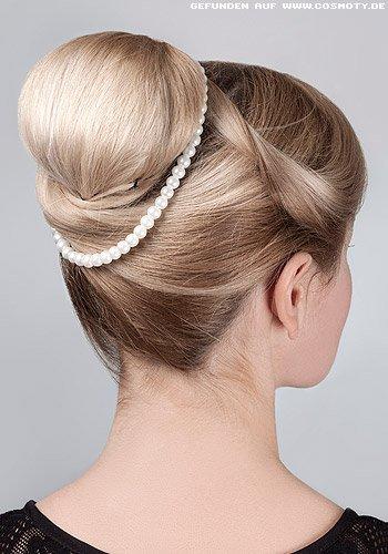 Elegante Hochsteckfrisur: Dutt mit Perlenschmuck