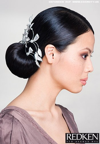 Eleganter Knoten mit streng gescheiteltem Haar