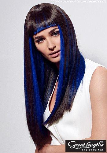 Eleganter Sleek-Look mit knallblauen Strähnen