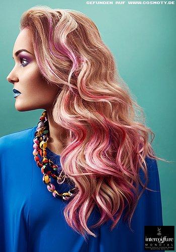 Elegant gelegte Wellen in rosa und blond gesträhnt