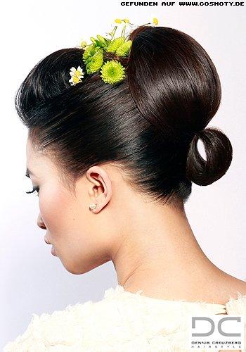 Elegant gesteckte Haare mit glänzender Tolle