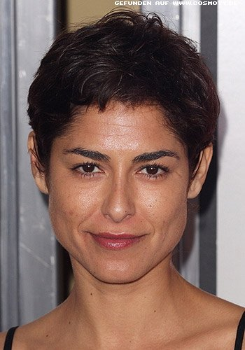 Eleni Tzimas mit raspelkurzem Kurzhaarschnitt
