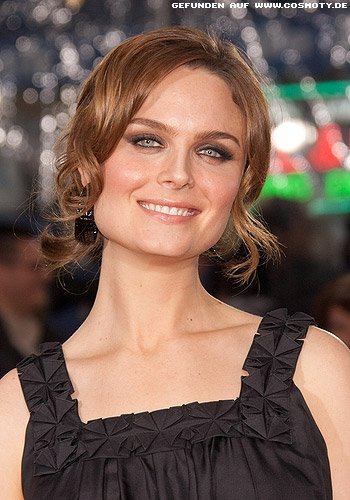 frisuren bilder emily deschanel zarte l ckchen zu hochgesteckten haaren frisuren haare. Black Bedroom Furniture Sets. Home Design Ideas