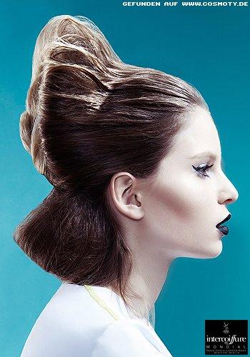 Extravagant hochgestecktes Haar mit Doppel-Dutt