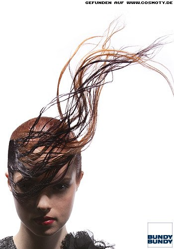 Extravagant hochstehend gestylte Frisur im editorial Stil