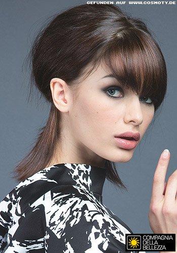 Feminine Hochsteckfrisur mit schön geformten Hinterkopf
